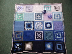jenniferanne has tried to put a maritime feel to this Blanket with wheels, compass points and cable ropes.