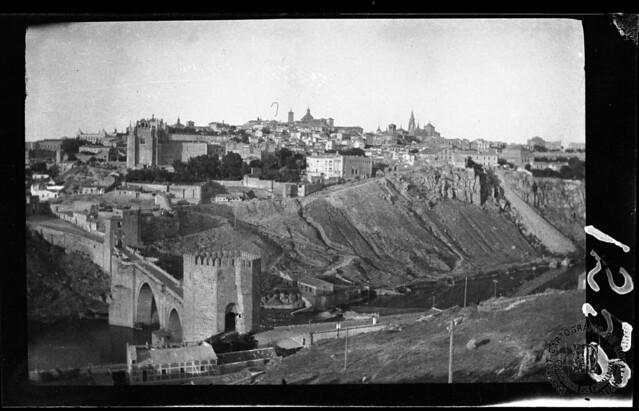 Puente de San Martín y vista de Toledo en 1933. Fotografía de Gonzalo de Reparaz Ruiz. © Institut Cartogràfic de Catalunya