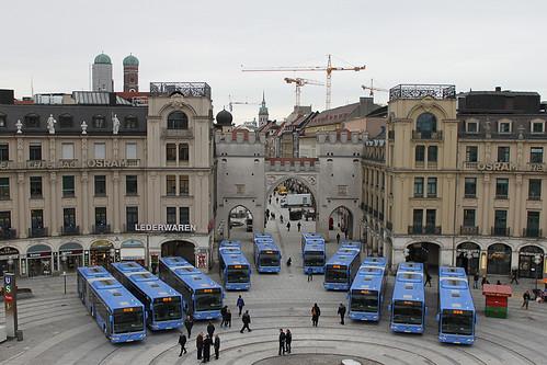 Die zehn neuen Busse vor dem Karlstor am Stachus (Bild: Dietmar Freymann)