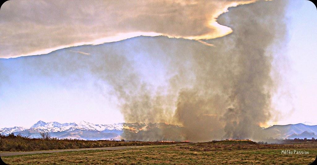 feux d'écobuage par jour de foehn ou vent d'Espagne au pied des Pyrénées météopassion