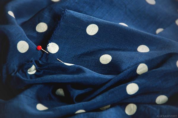 aliciasivert alicia sivertsson tyg fabric sy sömnad sew sewing sy kläder sy kjol skirt blue dots dotted blå turkos blått tyg prickar prickigt prick nål knappnål needle