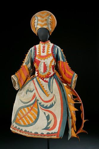 traje-para-la-esposa-del-bufon-de-chout-despues-de-mikhail-larionov-traje-1921-copy-v-a-images-la-reproduccion-de-cada
