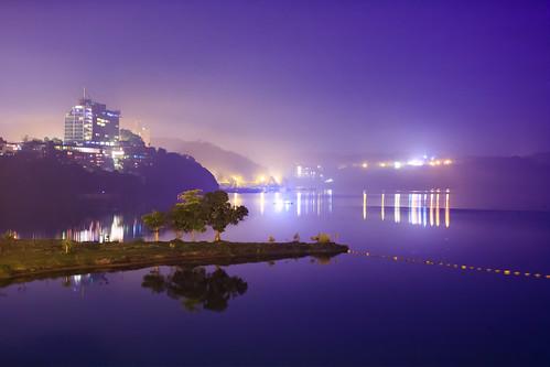 morning light lake mountains reflection tree misty sunrise foggy taiwan 南投 台灣 山 日月潭 sunmoonlake thelalu nantou 湖泊 日出 樹 霧 倒影 枯木 枯樹 拉魯島 出水口
