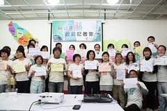 參與地球日啟動的各界人士,紛紛寫下他們的「綠承諾」,表達承諾綠行動。(郭秉鋐 攝)