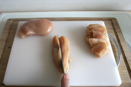 21 - Hähnchenbrust in Streifen schneiden / Cut chicken breast in stripes
