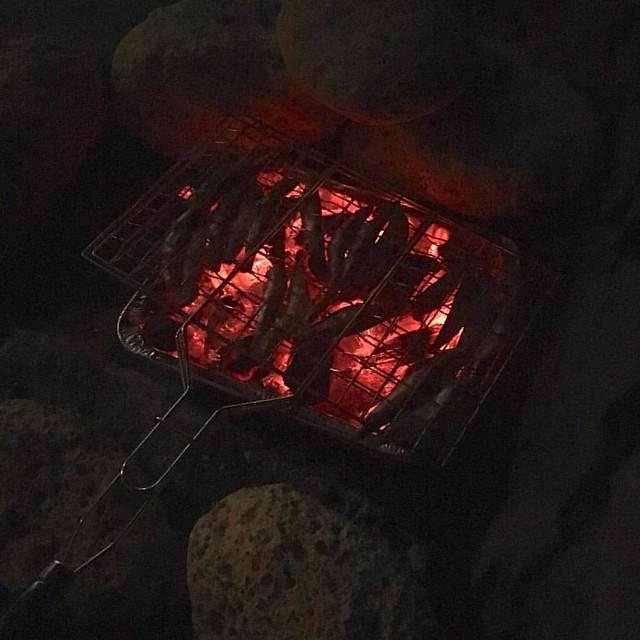 Poema de La Noche de San Juan  Noche de magia y de fuego noche de fiesta y calor hogueras, que dan al mar un singular resplandor.  Noche que cumple los sueños gentes que vienen y van fuego, magia, agua, deseos es la noche de San Juan.  Noche de hechizos d