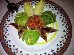 Aguacate con salmón ahumado y sardinas marinadas en salsa de mango