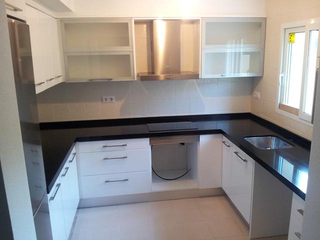 Cocina granito negro intenso canto inglete 6cm marmoles - Cocinas con encimera de granito ...