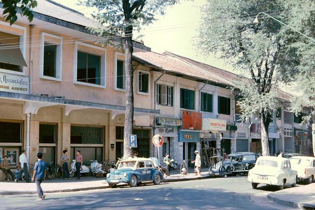 Saigon 1965 - One of the side streets between Tu Do and Hai Ba Trung. Góc Tự Do - Hồ Huấn Nghiệp, nhìn về hướng đâm ra công trường Mê Linh.