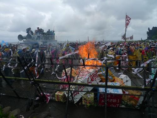 蘭嶼人發起大型反核廢抗爭,500位族人包圍台電核廢料處置場,要求立即撤離核廢料。(圖片來源:蘭嶼部落文教基金會)