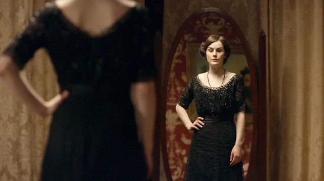 DowntonAbbeyS01E01_MaryBlackbeaded_mirror