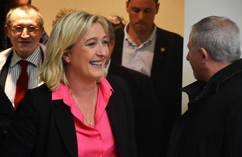 Marine Le Pen sort de l'amphithéâtre suivie de Paul-Marie Coûteaux