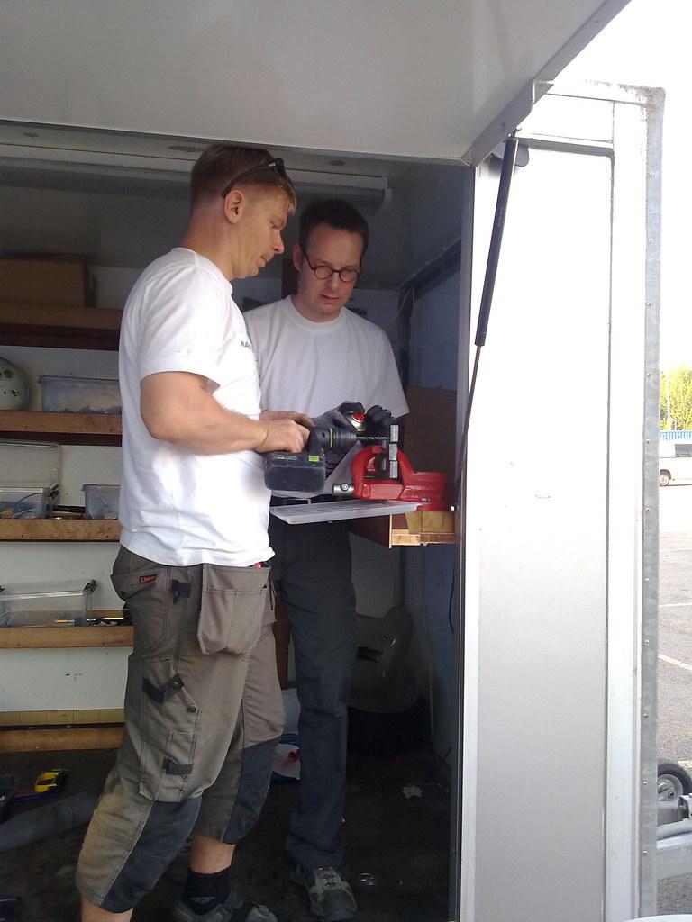 Miika ja Mikko sorvaavat konepukin sovitinta