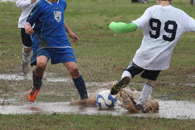 Jugando al fútbol barro