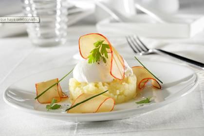 Patata con aceite de oliva, huevo escalfado y huevas de maruca