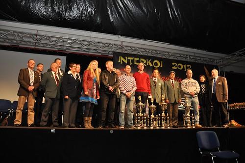 De grote winnaars van de Interkoi 2012: Jean Hoorne (zesde van rechts) met Grand Champion, Rob van der Hulst (derde van rechts) met Supreme Champion en Arno (links naast Jean Hoorne) & Elise (zevende van links) met de Jumbo Champion A. Danny (tussen Arno en Elise in) en Mie, gefeliciteerd!