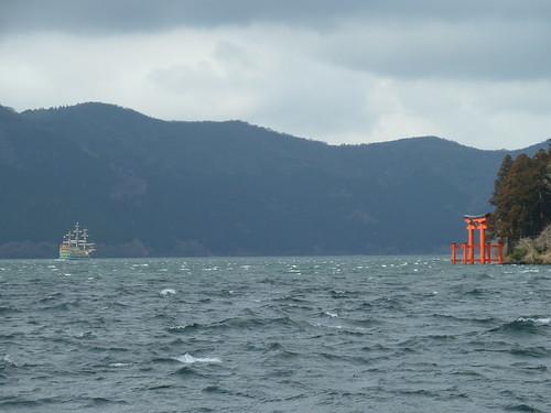 芦ノ湖から見える遊覧船と箱根神社の鳥居