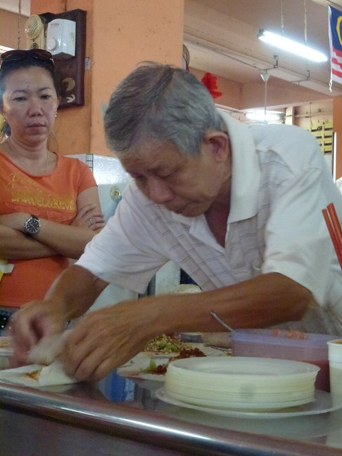 The popiah stall owner making the popiah