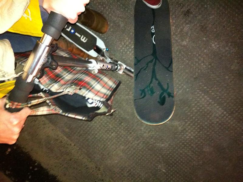 a Hatzerl. Roller gegen Skateboard