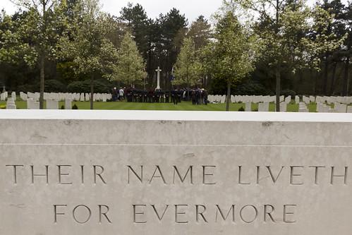 Bezoek van jonge Canadese cadetten op de Camadese begraafplaats