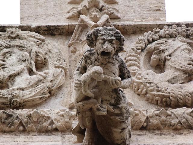 Estatua de una anciana con un mono en la Lonja de la Seda (Valencia)