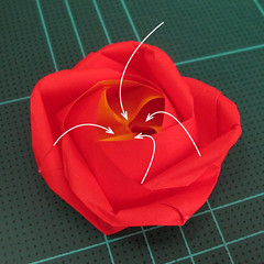 สอนวิธีพับกระดาษเป็นดอกกุหลาบ (แบบฐานกังหัน) (Origami Rose - Evi Binzinger) 024