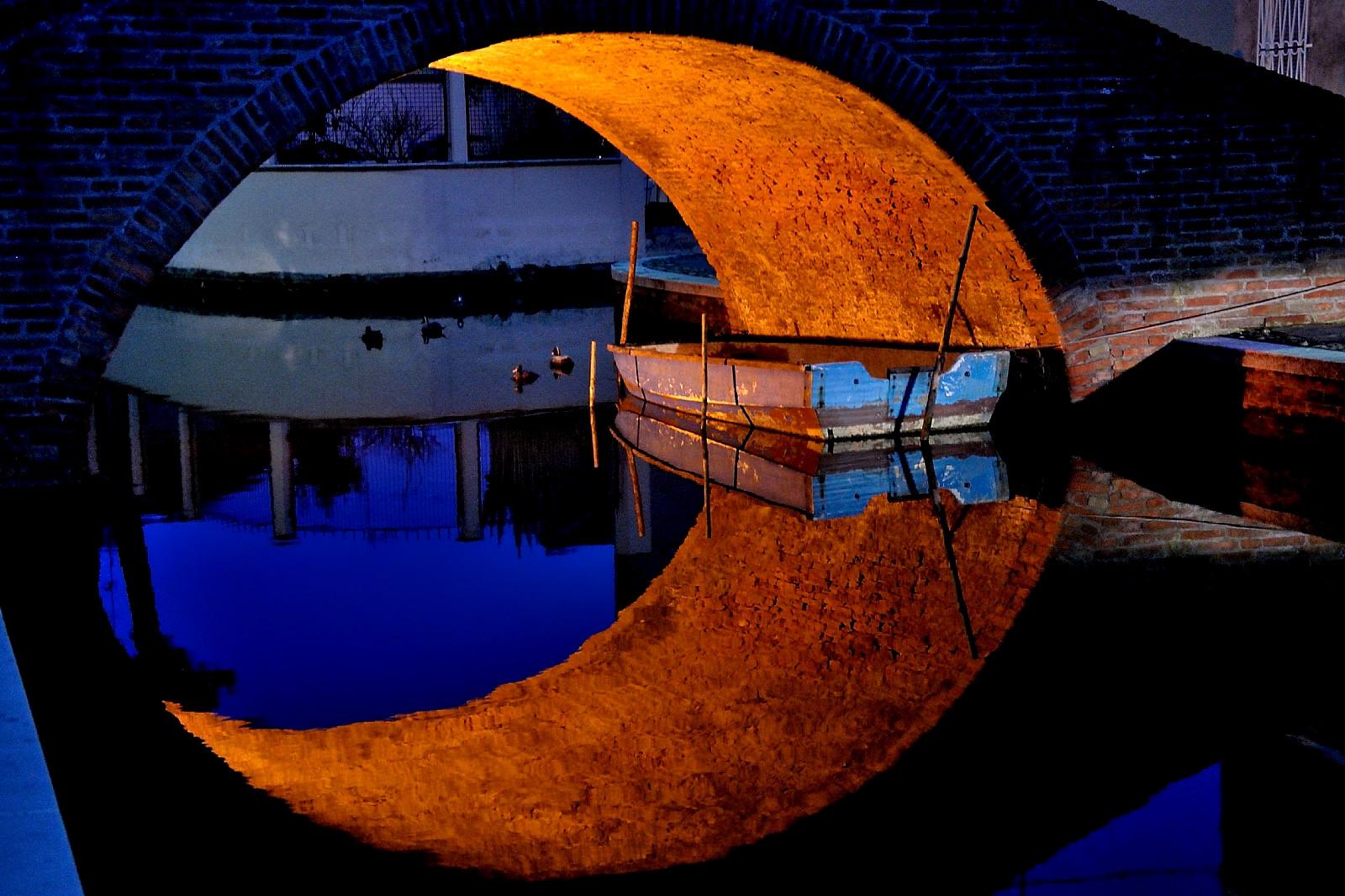 Mezza luna nell'ora blu