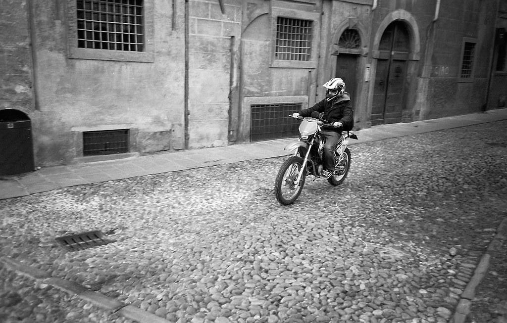 Motocyklista. Fuji DL-200.