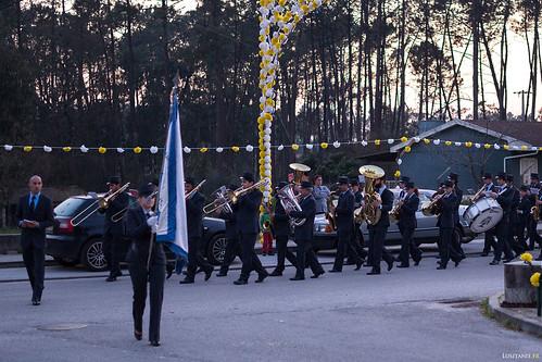 L'orchestre arrive, précédé de son porte-étendard.