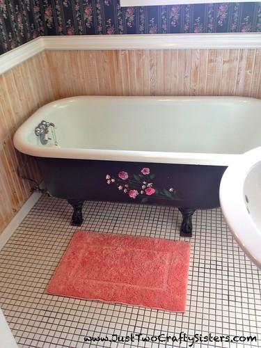 Clawfoot bathtub in Murphys