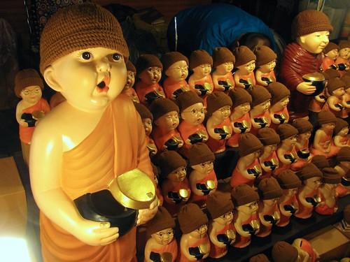 Figuras de monjes budistas