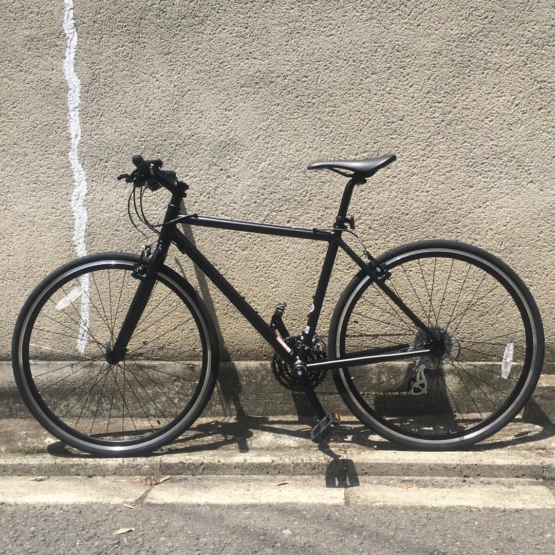 自転車届いた!ひさびさのスポーツ車だけど、やっぱり乗りやすい。回せる感ある。でも調子にのると息切れるんで、鍛えればまだまだいけるはず。あとペダルは変えたいなー