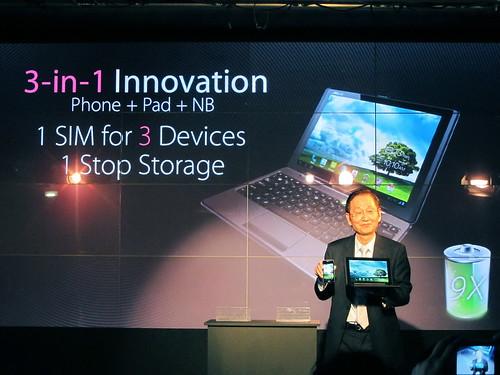 華碩董事長施崇棠正式於宣告擁有三合一功能的智慧手機PadFone