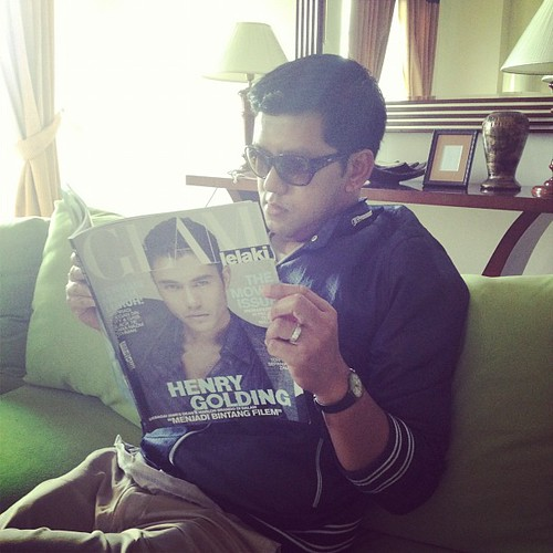 Berangan jadi orang kaya jap. Baca majalah. Huhu