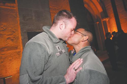 sa_20120215_gaykiss