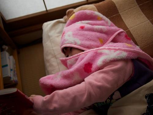 寒さに負けて布団にもぐり込む