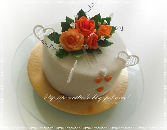 Torta con rose arancio e cuori,