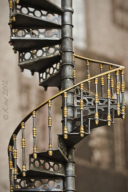 Los deseos son como los peldaños de una escalera: cuanto más asciendes, menos seguro te encuentras. Arturo Graf