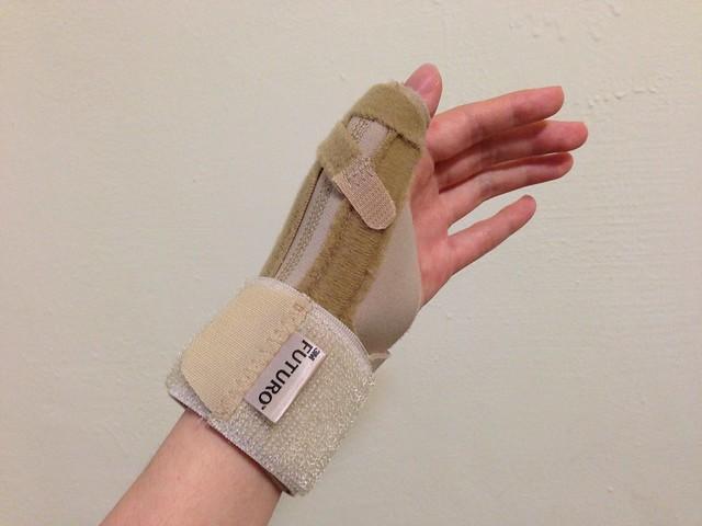 戴在手上的樣子@3M FUTURO THUMB 姆指支撐型護腕