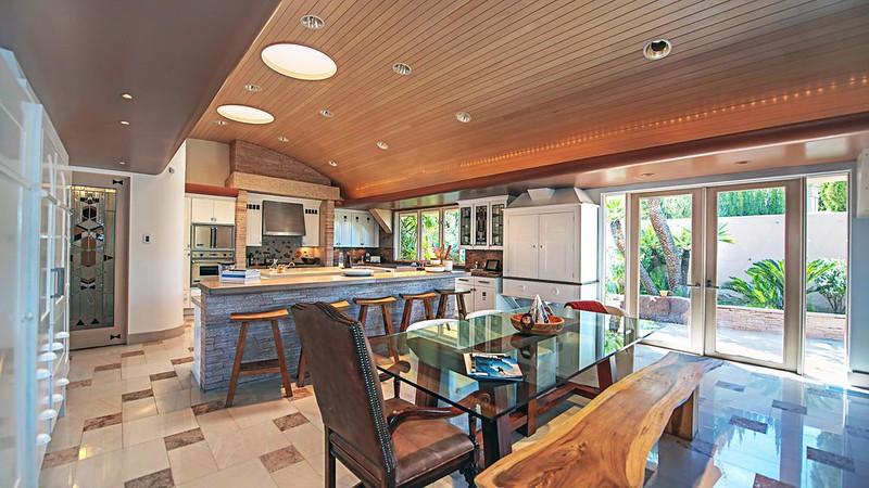 Кухня-столовая-бар 3-в-1 в доме Памелы Андерсон
