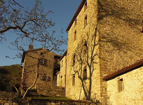 sunset italy muro italia tramonto village walls borgo muri montefeltro castellodellapieve dantealighieriexile