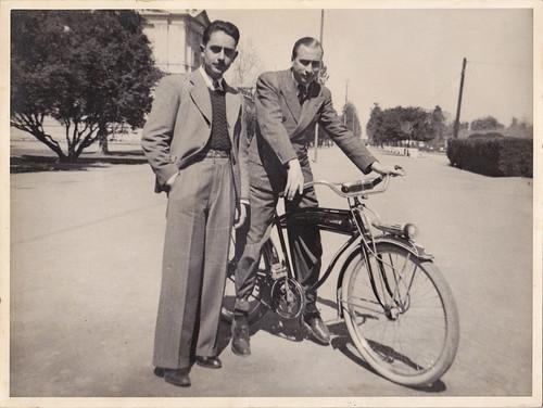 Mi abuelo y un amigo (en bici)