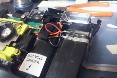 電池の接点を磨いて、ハンダ付け。フラッシュ復活!組み立てます。で、この写るんですバリのカメラをどうしてわざわざ直すかと言うと…