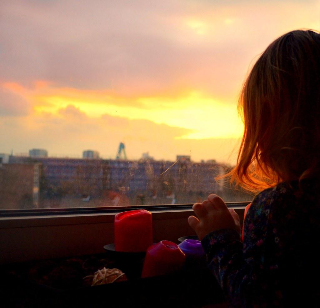 Mein Kleinkind will hoch hinaus. Unsere Gefahrenquelle Nummer eins ist zur Zeit das Fensterbrett.
