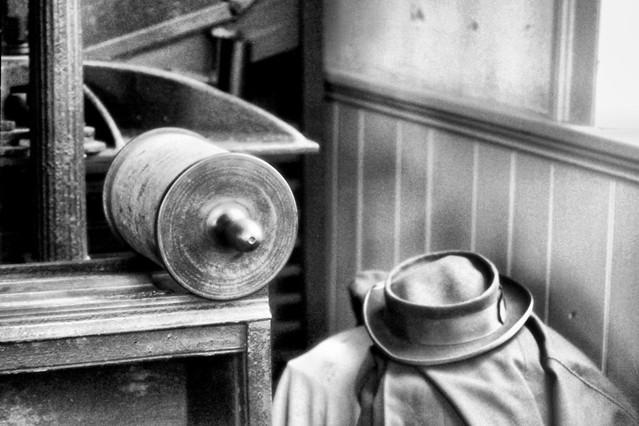Printer's Hat and Coat / Le chapeau et le manteau d'un imprimeur