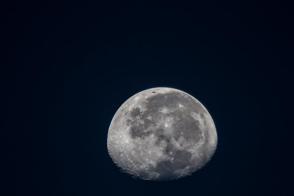 La luna se escondía en el horizonte en las primeras horas de la mañana, mientras iniciábamos nuestro recorrido de 60 kilómetros por caminos de tierra, desde el pueblo de Paso Los Pioneros. (Tetsu Espósito)