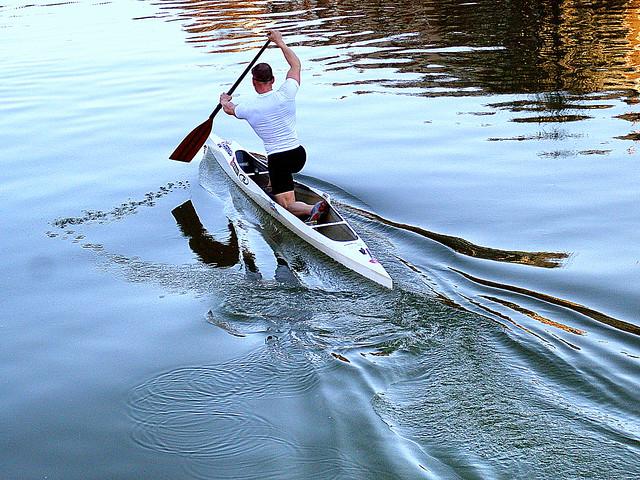 Remando al atardecer. / Rowing at sunset.