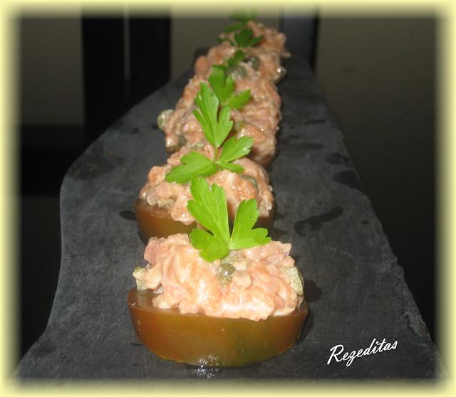 Tartar de salmón sobre raf