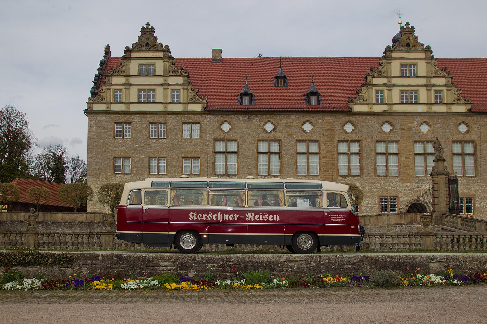 Oldtimer Bus vor dem Schloss Weikerhseim
