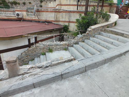 Genovai fal lépcsővel és tetőn osonó macskával